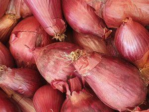 Rote Zwiebel aufgeschnitten
